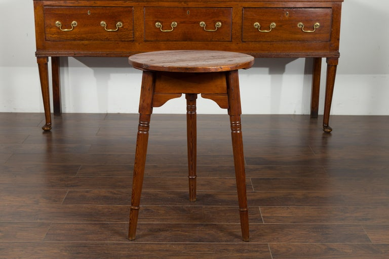 Small English 1840s Pine Cricket Table with Carved Apron and Turned Legs For Sale 5