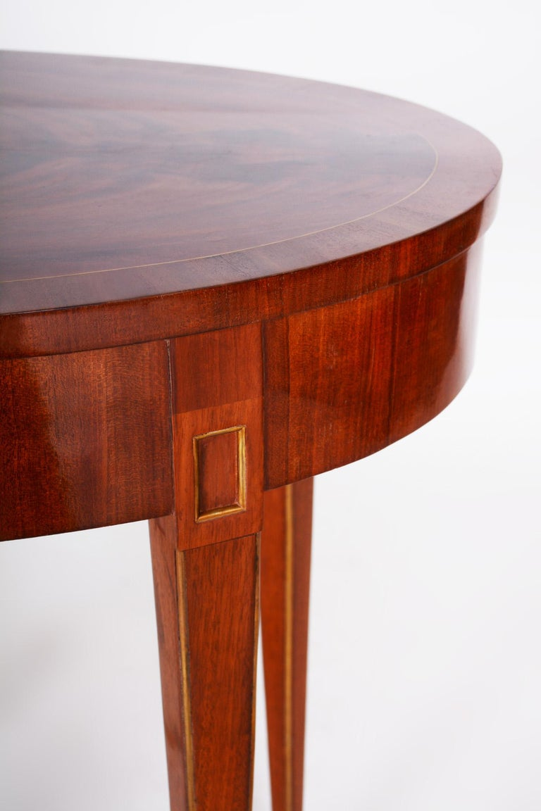 Small Mahogany Biedermeier Oval Table, France 1820-1829, Shellac Polished In Good Condition For Sale In Prague 1, CZ