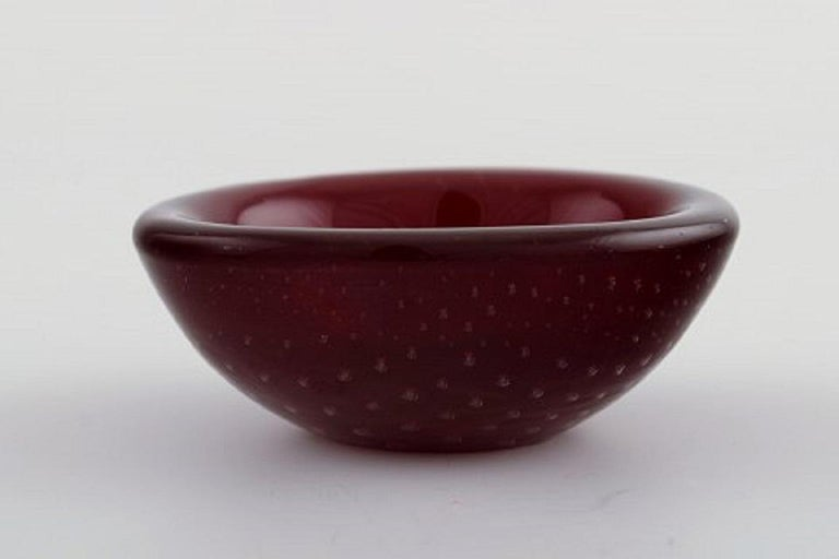 Small Murano bowl in red mouth-blown art glass with inlaid air bubbles, 1960s. Measures: 7.7 x 3 cm. In perfect condition.