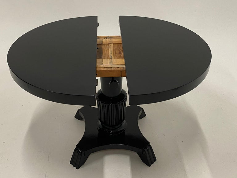 Small Round and Oval Hollywood Regency Style Black Laquer Dining Table In Good Condition In Hopewell, NJ