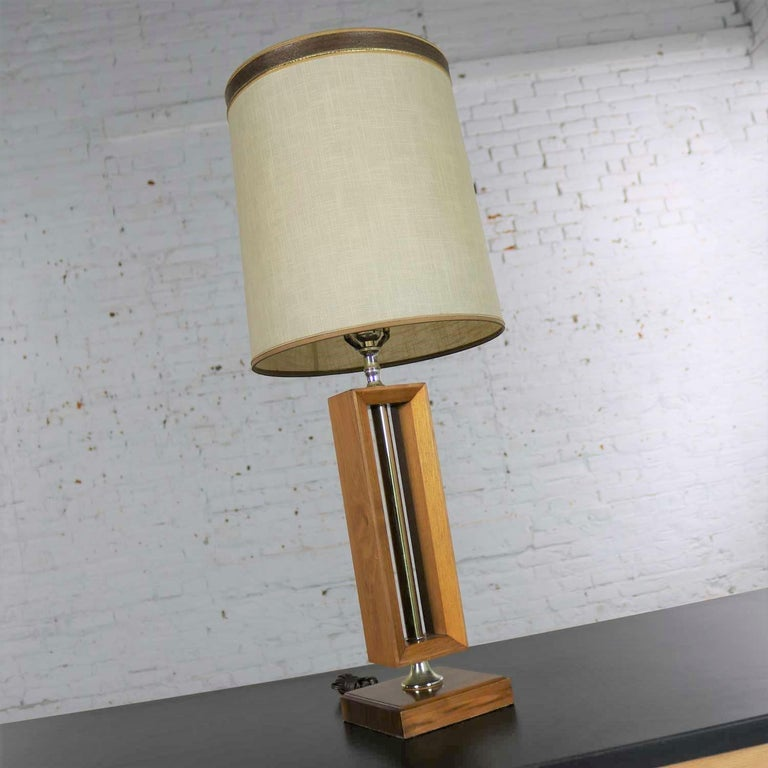 Small Scale Mid-Century Modern Walnut and Brass Lamp Style of Laurel Lamp Mfg For Sale 2