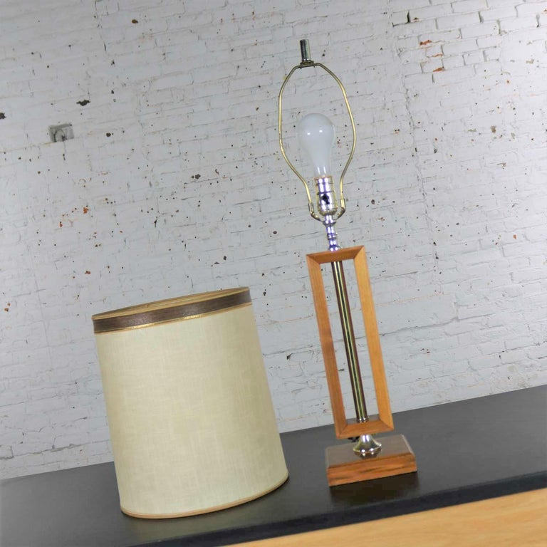 Small Scale Mid-Century Modern Walnut and Brass Lamp Style of Laurel Lamp Mfg For Sale 3