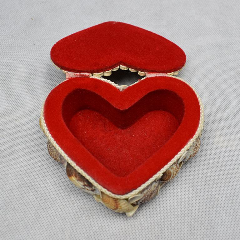Small Shell Encrusted Heart Shaped Trinket Box In Good Condition For Sale In Oklahoma City, OK