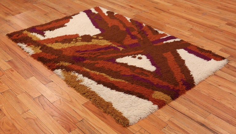 20th Century Small Vintage Scandinavian Shag Rya Rug. Size: 4 ft 6 in x 6 ft 5 in For Sale