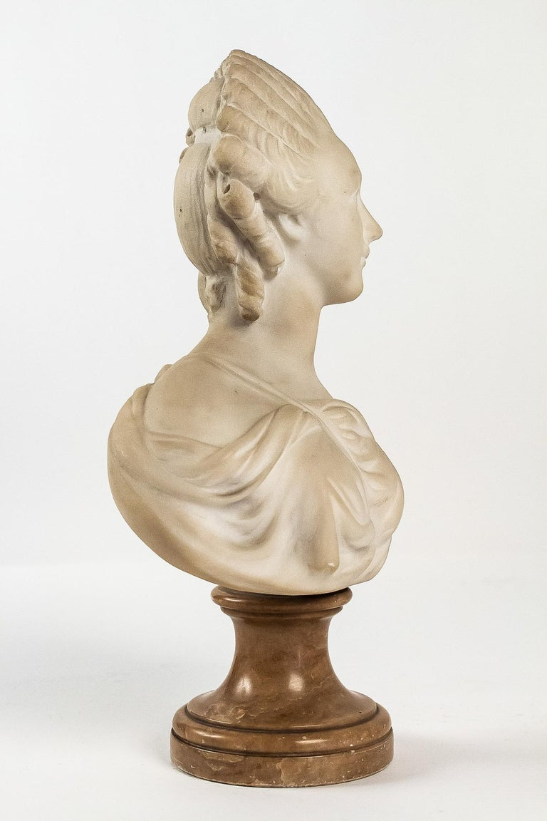 Small White Marble Bust of Countess du Barry, after Augustin Pajou In Good Condition For Sale In Saint Ouen, FR