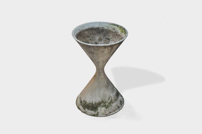 Classic hourglass planter by Swiss designer Willy Guhl for Eternit. Gorgeous patina to cement. Overall good condition, with small damages on the bottom.