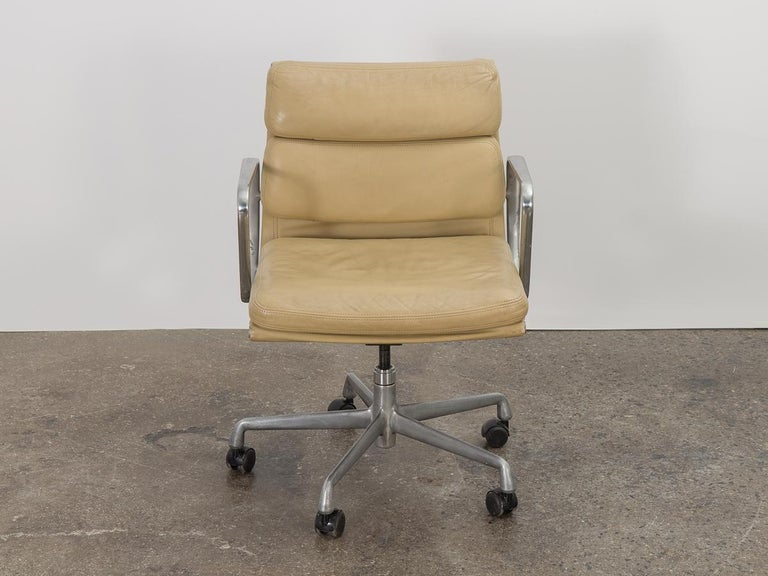 Model EA 217 soft pad management swivel chair in camel leather, designed by Charles and Ray Eames for Herman Miller. The ultimate desk chair that delivers function and comfort. Known for their seat cushions, our vintage example is incredibly