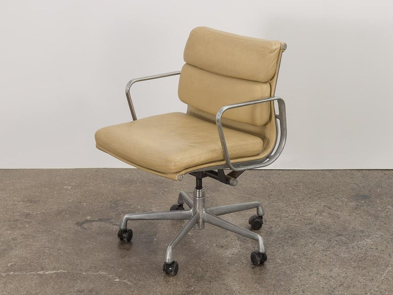 Mid-Century Modern Soft Pad Management Swivel Chair For Sale