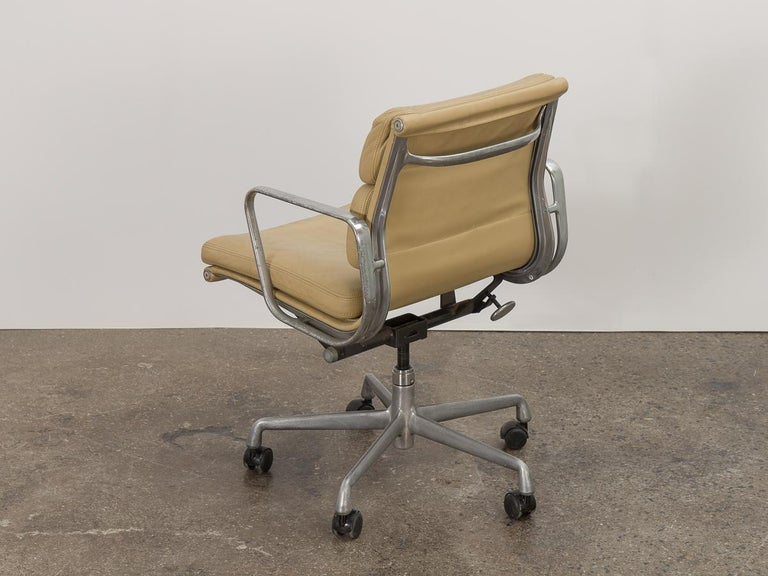 American Soft Pad Management Swivel Chair For Sale