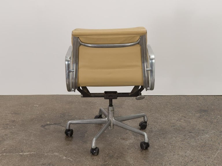 Soft Pad Management Swivel Chair In Good Condition For Sale In Brooklyn, NY