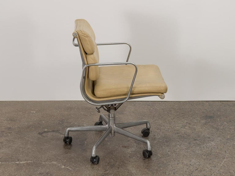 20th Century Soft Pad Management Swivel Chair For Sale