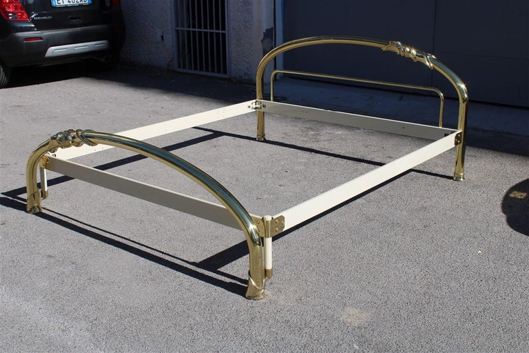 Solid Brass Curved Bed Italian Design 1970s Lipparini Made in Italy Gold For Sale 8