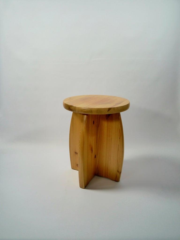 Solid pine stool manufactured in the 1970s. In the style of Roland Wilhelmsson, Gilbert Marklund, Yngve Ekström etc.