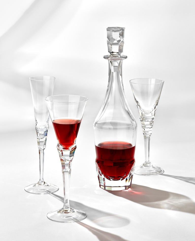 The Sonnet collection from Moser Glassworks is one of the jewels of current drinking glass design. Its character is defined by the minimalistic lines of the smooth walls and the energetic cutting in perfectly-balanced proportions. Champagne, wine