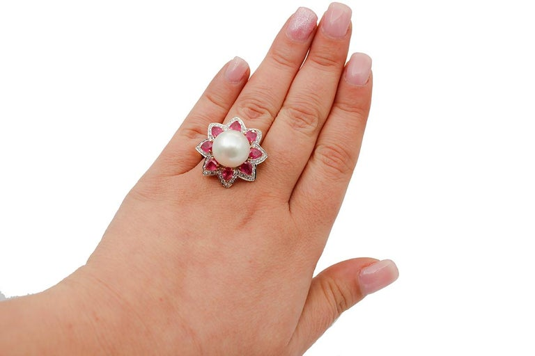South-Sea Pearl, Diamonds, Rubies, 14 Karat White and Yellow Gold Ring In Good Condition For Sale In Marcianise, Marcianise (CE)