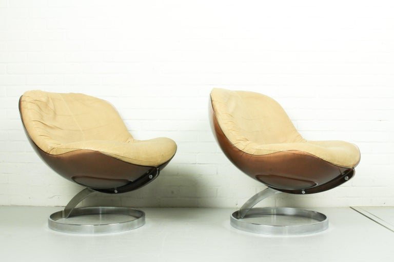 This pair of small armchairs 'Sphere' are designed by Boris Tabacoff (1927-1985) for French furniture manufacture Mobile Modulaire Moderne (M.M.M), 1971. It is constructed with a plexiglass semi-spherical seat frame, chromium plated base, cream