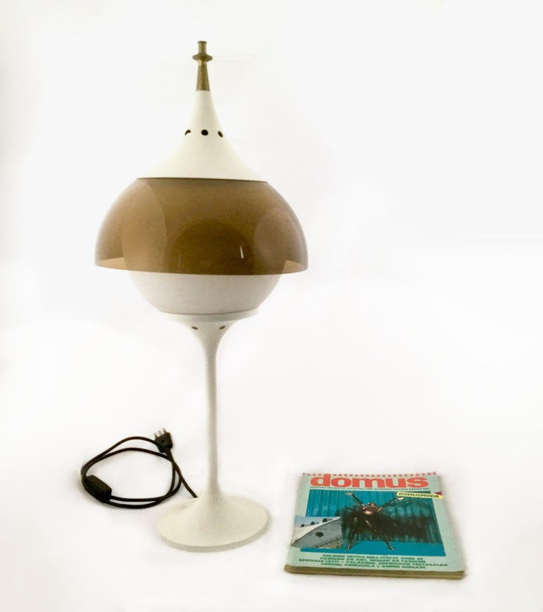 Italian Space Age Plexiglass and White Varnished Metal Table Lamp, Italy, 1970s  For Sale