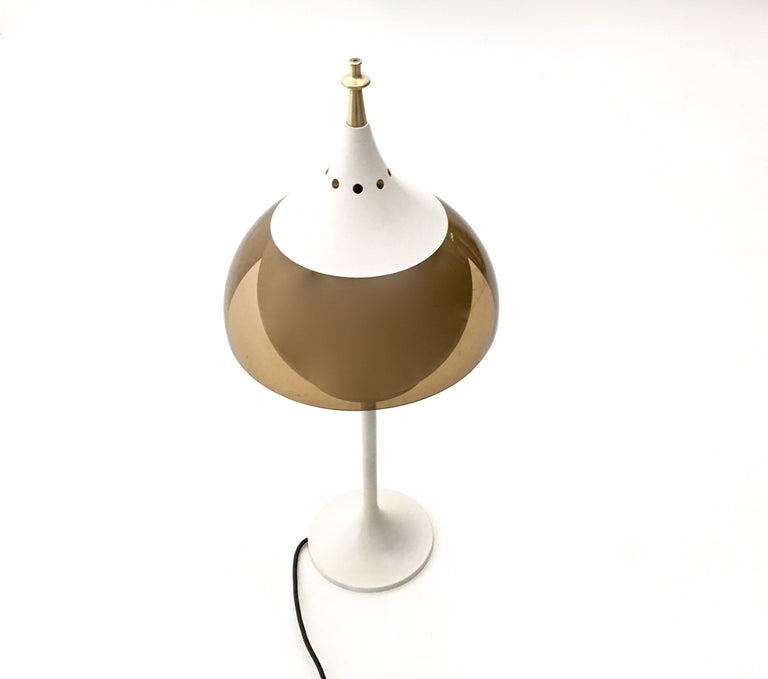 Space Age Plexiglass and White Varnished Metal Table Lamp, Italy, 1970s  In Excellent Condition For Sale In Bresso, Lombardy
