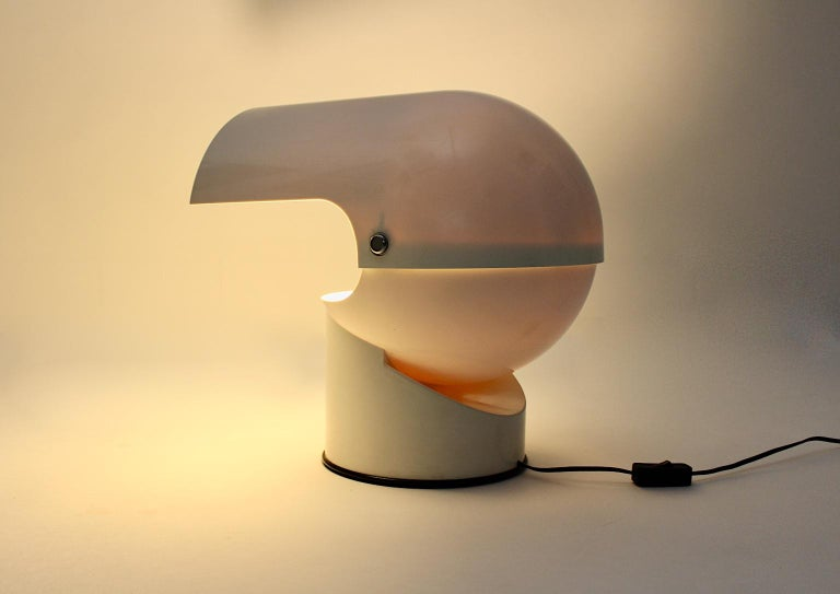 A space age vintage white pileo mezzo table lamp, which was designed by Gae Aulenti 1972 for Artemide Italy.