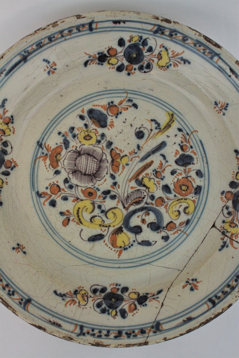 Spanish 17th Century Ceramic Circular Charger Plate, Talavera or Puente In Fair Condition For Sale In Barcelona, ES