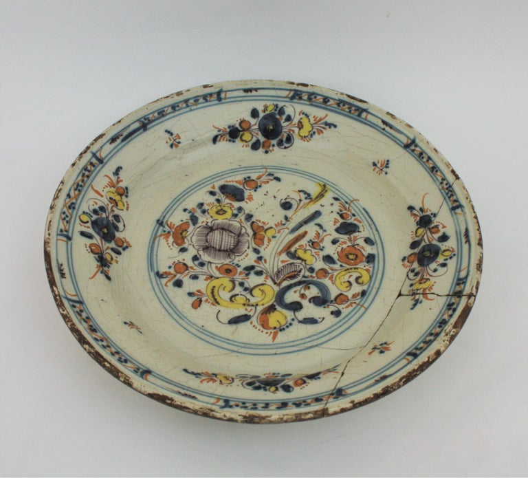 Spanish 17th Century Ceramic Circular Charger Plate, Talavera or Puente For Sale 1