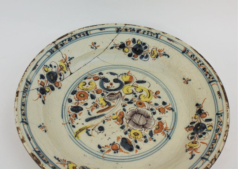 Spanish 17th Century Ceramic Circular Charger Plate, Talavera or Puente For Sale 3