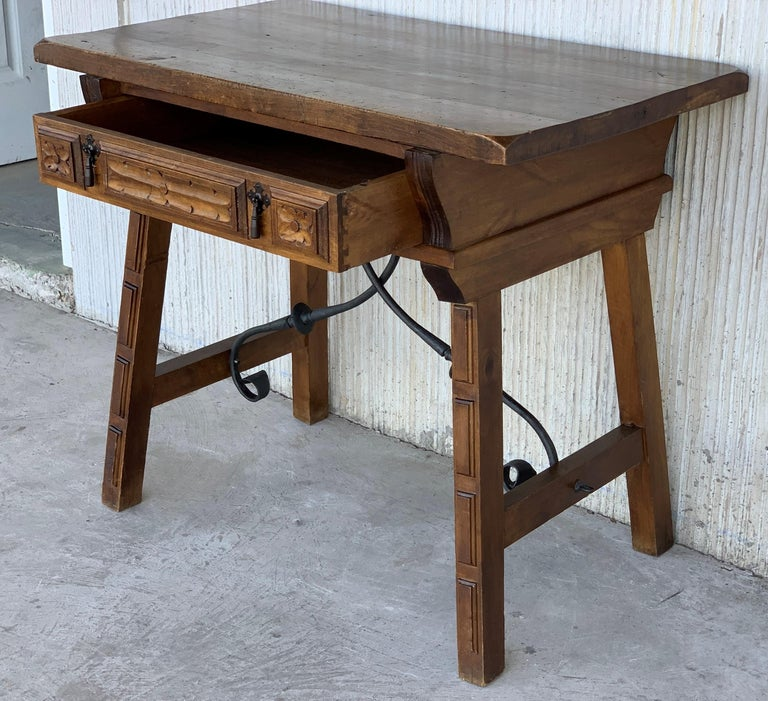 19th Century Spanish 1880s Walnut Side Table or Lady Desk, Carved Legs and Iron Stretcher For Sale