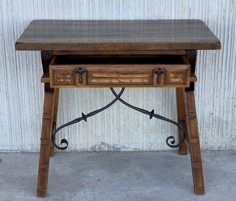 Spanish 1880s Walnut Side Table or Lady Desk, Carved Legs and Iron Stretcher For Sale 1