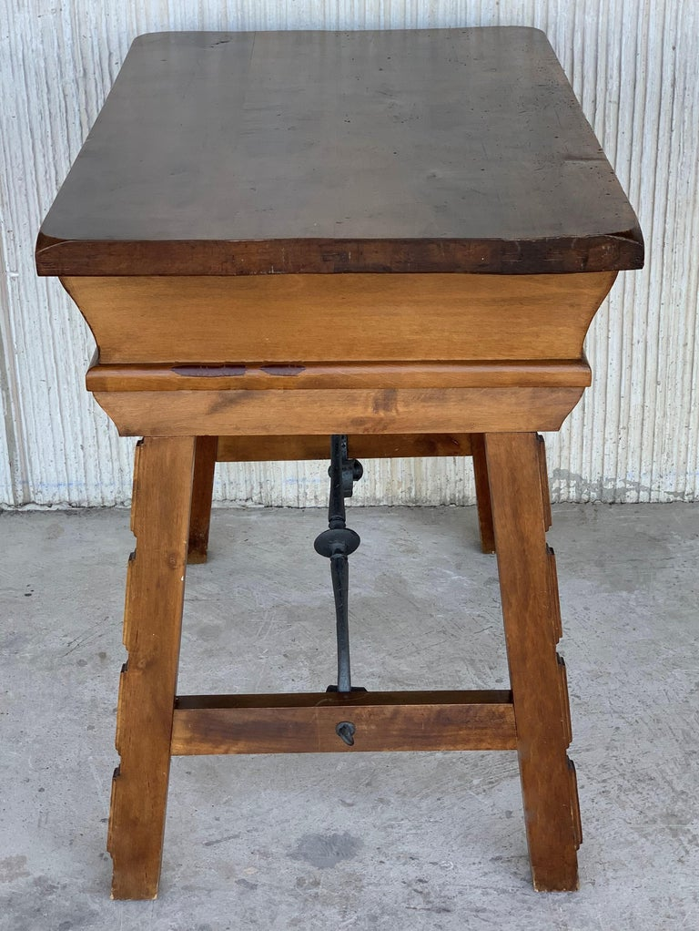 Spanish 1880s Walnut Side Table or Lady Desk, Carved Legs and Iron Stretcher For Sale 2