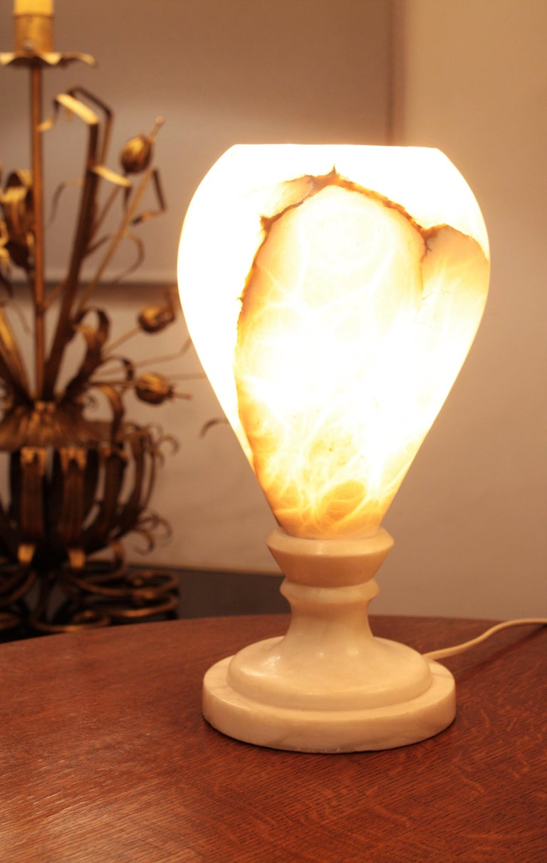 Spanish 1930s Art Deco Alabaster Urn Table Lamp In Good Condition For Sale In Barcelona, ES