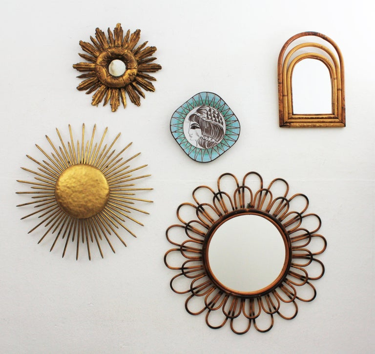 Spanish 1940s Baroque Style Carved Giltwood Mini Sized Sunburst Mirror In Excellent Condition For Sale In Barcelona, ES