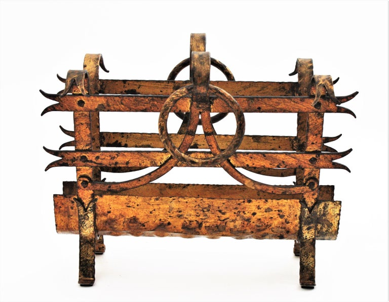 Spanish 1950s Hand-Hammered Gold Gilt Iron Magazine Rack with Ring Handles In Good Condition For Sale In Barcelona, ES
