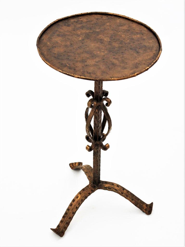 Spanish 1960s Hand-Hammered Gilt Iron Guéridon Drinks Table / Pedestal For Sale 5