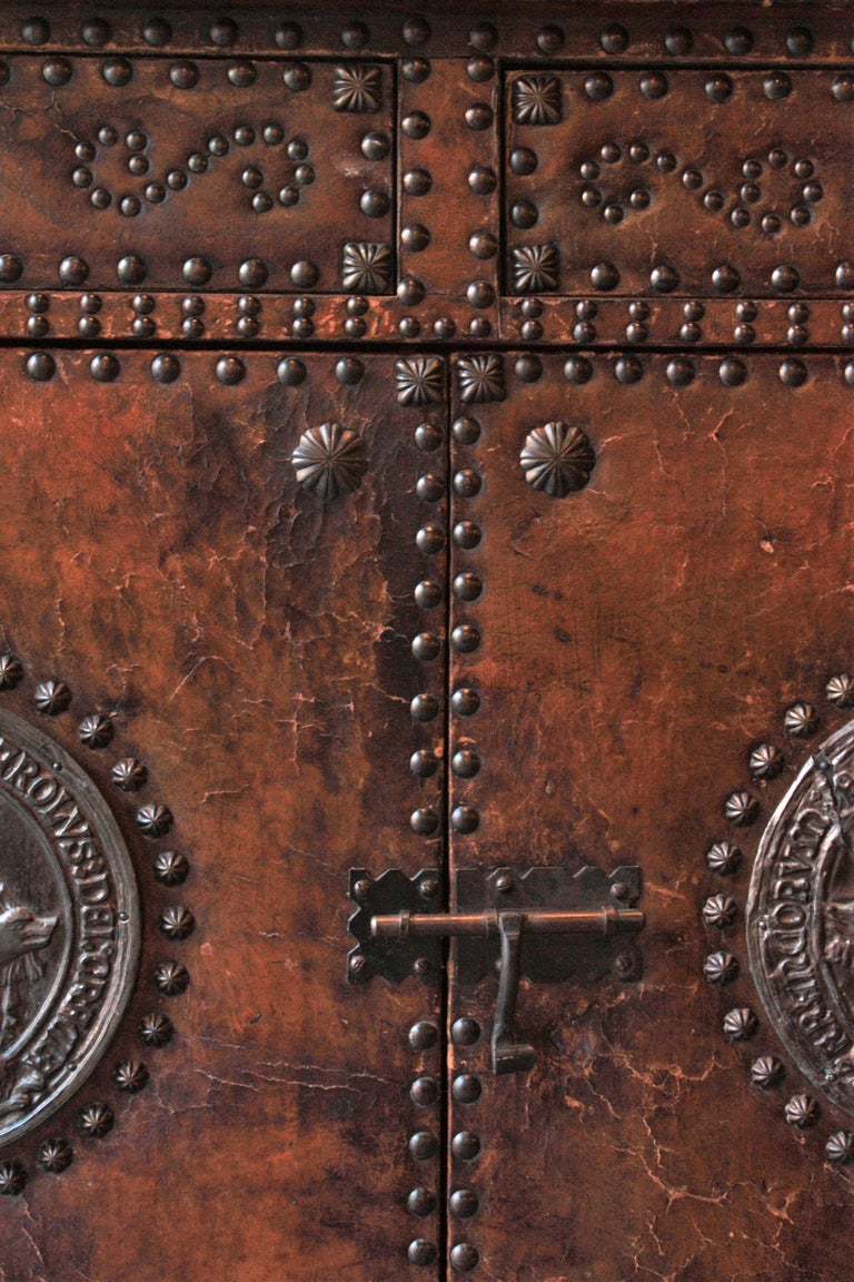 Spanish Colonial Leather Credenza or Buffet with Silvered Iron Studs In Good Condition For Sale In Barcelona, ES