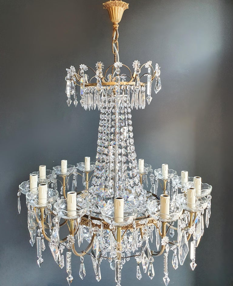 Cabling and sockets completely renewed. Crystal hand knotted. White glass pearl Measures: Total height 99 cm, height without chain 85 cm, diameter 72 cm, weight (approximately) 15 kg.  Number of lights: 23-light bulb sockets: E14  Sparkle