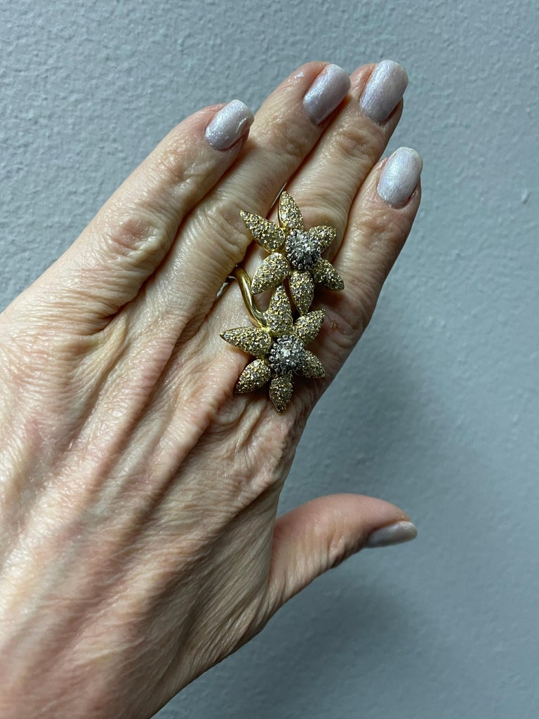 Women's or Men's Spectacular 18k Double Yellow Gold In-Between The Ring Flower Ring For Sale