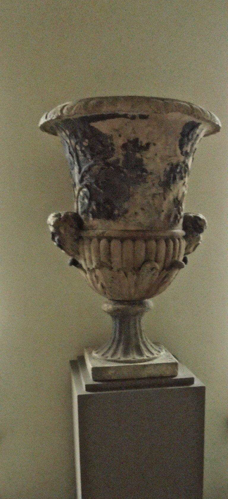 Spectacular 18th Century Carved French Garden Vase In Good Condition For Sale In Brussels, BE