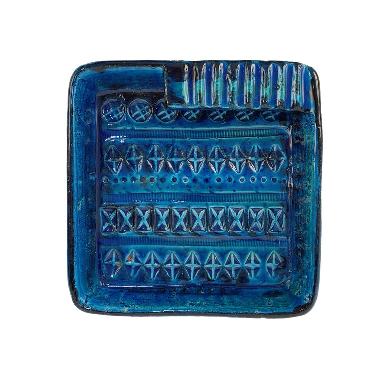 Beautiful blue glazed (Rimini Blu) round ceramic ashtray design by Aldo Londi and manufactured by Bitossi. Handcrafted in Italy with hand-carved geometric design and in a glazed vibrant turquoise and cobalt blue, Italy, 1960s.