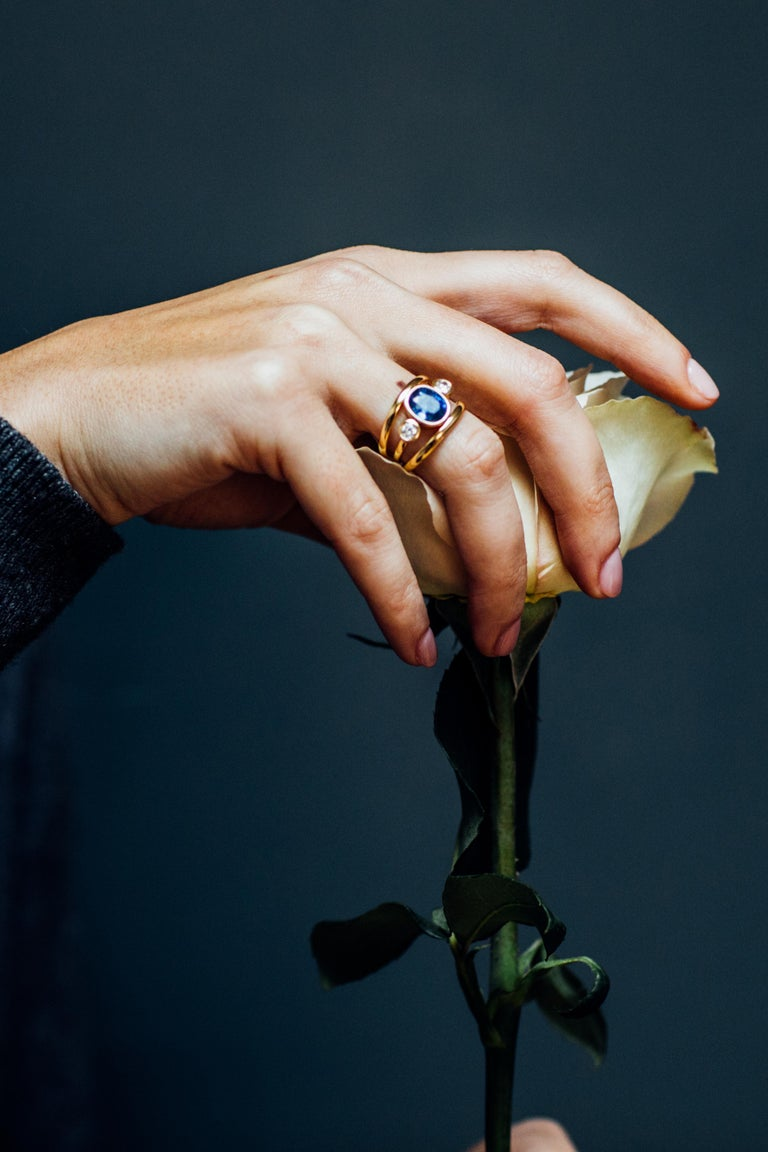 Contemporary Sri Lankan Sapphire and White Diamond 3-Stone Ring For Sale