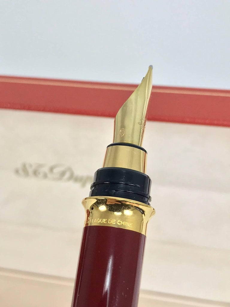 S.T. Dupont Laque De Chine GM Bordeau and gold fountain pen  For Sale 6