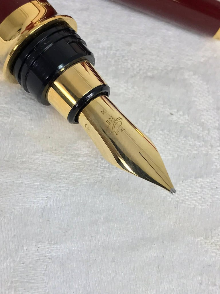 S.T. Dupont Laque De Chine GM Bordeau and gold fountain pen  In New Never_worn Condition For Sale In West Palm Beach, FL