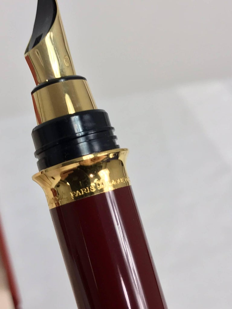 S.T. Dupont Laque De Chine GM Bordeau and gold fountain pen  For Sale 4