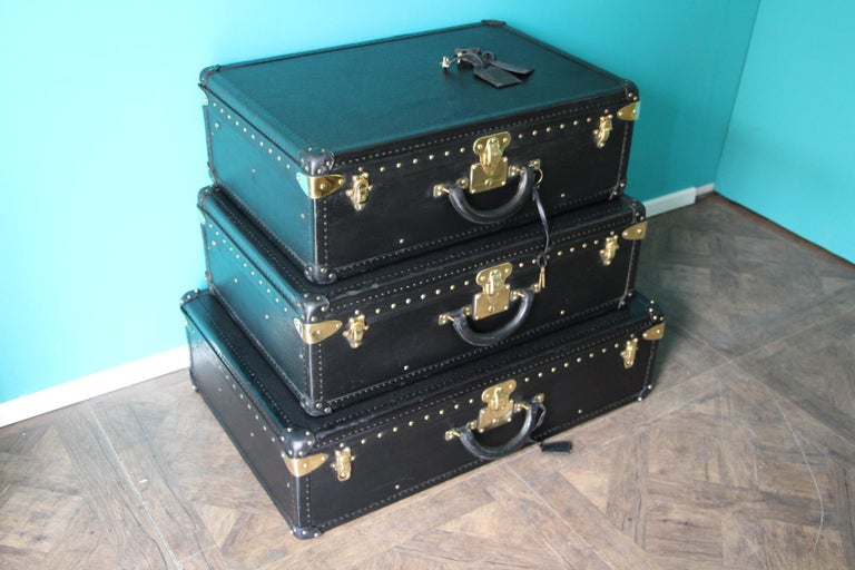 This top of the range stack of 3 black leather Alzer rigid suitcases features black leather trim, all solid brass LV stamped lock, clasps and studs. Large leather handle. 1 matching black epic leather name holder by piece. Their interiors are in