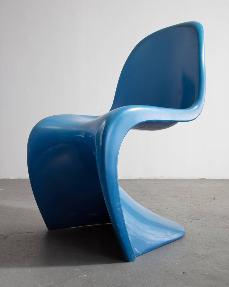 Stacking Side Chair in Blue In Good Condition For Sale In New York, NY