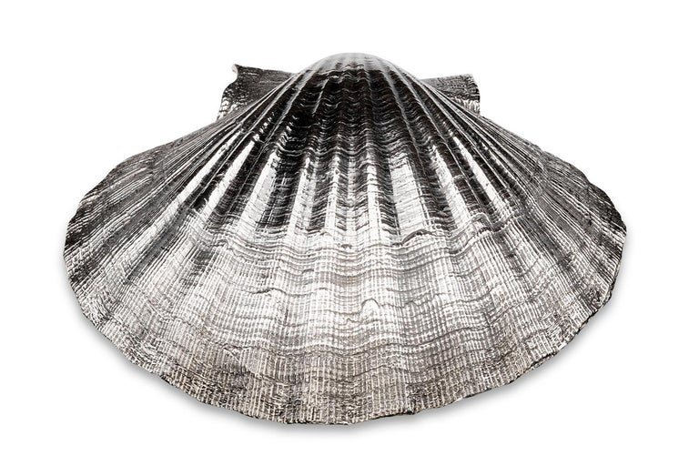 This solid sterling silver oyster is a classic naturlastic dish. I´s perfectly suitable for various ways of usage -either for sauces, dips, spices or even for nuts. Above all it´s a wonderful table decoration. The inside is 24-karat gold-plated.