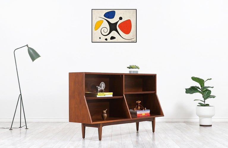 A must-have and Classic bookshelf designed by the famous American duo Kipp Stewart & Stewart MacDougall in collaboration with Drexel of North Carolina circa 1950s. This skillfully crafted walnut bookshelf features a versatile shelved interior with