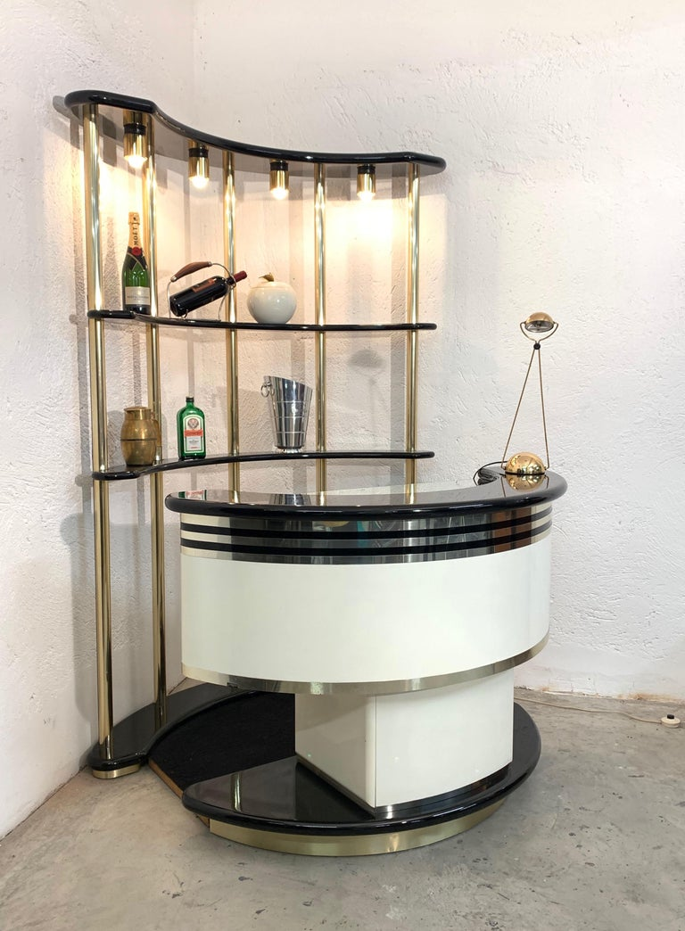 Stilglass Donati Guzzini Italian dry bar with illuminated storage, 1970s  This is a stunning Italian dry bar produced during the 1970s by Stilglass Donati Guzzini and it it made of two pieces: - the white and black wood dry bar has a small