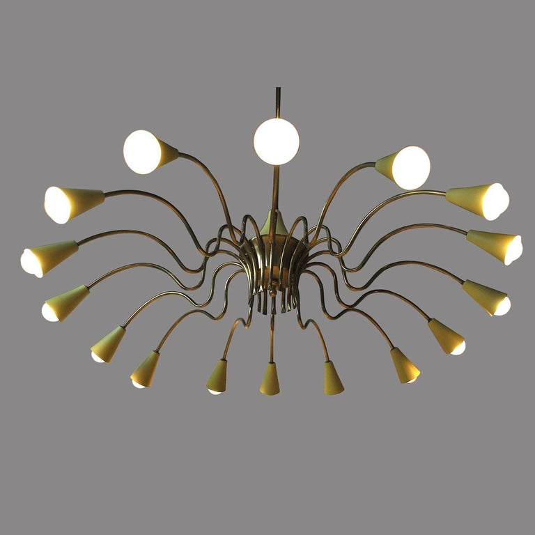 Stilnovo Italian Midcentury Chandelier in Brass with 16 Illuminating Parts For Sale 2