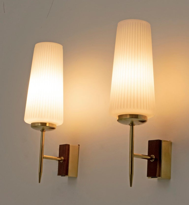 Stilnovo Mid-Century Modern Italian Brass and Opaline Glass Sconces, 1950s, Pair In Excellent Condition For Sale In Cerignola, Italy Puglia