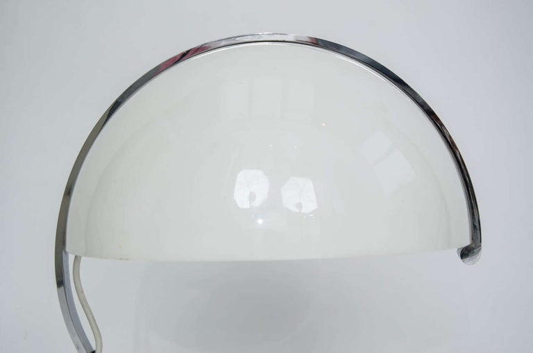 Stilnovo Mid-Century Modern Table Lamp White Acrylic, Black Base, Italy 1970s In Good Condition For Sale In London, GB